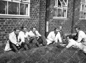 Miehiä taukoa viettämässä kemian laboratoriorakennuksen edustalla  kesällä 1947.