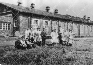 Kemian opiskelijoita ja henkilökuntaa Iso-Heikkilän kemian  laboratoriorakennuksen edustalla kesä