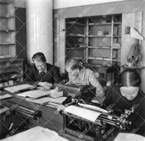 Fysiikan laitoksella 1940-luvun jälkipuolella. Vas. professori  Yrjö Väisälä ja observaattori,