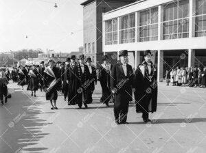 Promootio 3. kesäkuuta 1955. Juhlakulkue lähdössä konserttitalosta  tuomiokirkkoon. Kansleri ja