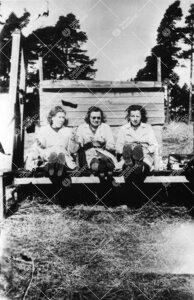 Kahvitaukoa viettämässä Iso-Heikkilässä kemian laboratorion  pihamaalla kesällä 1943.