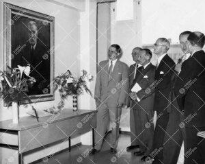 Vuoden 1955 promootion yhteydessä pidettyä yliopiston uusien  rakennusten esittelyä 3. kesäkuuta