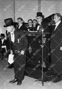 Promootio 3. kesäkuuta 1955 Konserttitalossa. Akti. Akateemikko  Yrjö Väisälä on vihitty kunnia