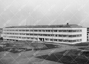 Fysiikan ja kemian laitosrakennus keväällä 1955.