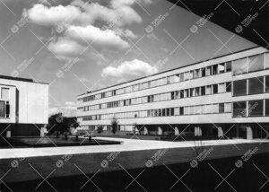 Näkymä kahvilanivelen alta yliopiston keskusaukiolle 1950-luvun  lopulla. Luonnontieteidentalo I,
