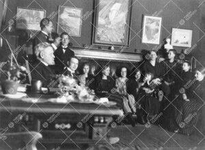 Kirjastolaisia vierailulla Volter Kilven Vartiovuorenkadun  asunnossa 2. tammikuuta 1923.