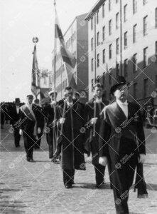 Promootio 3. kesäkuuta 1955. Juhlakulkue Aninkaistenkadulla  matkalla tuomiokirkkoon. Johdossa juhl