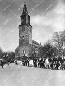 Yliopistollisen kulkueen paluu tuomiokirkosta Turun Yliopiston  vihkiäisjuhlan jälkeen 12. toukoku