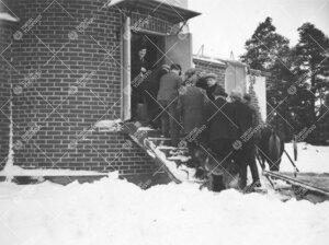 Teleskoopin jalustan kuljetus Iso-Heikkilän uuteen tähtitorniin  helmikuussa 1937.