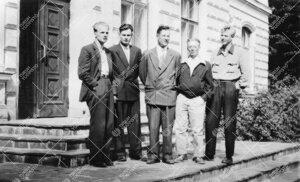 Kasvi- ja eläintieteilijöiden Kuolan retken suunnitteluryhmä  Phoenixin portailla 1950 - luvun lo