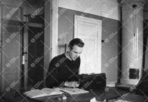 Assistentti Heikki Alikoski laskukoneen ääressä Phoenixissa  vuonna 1937.