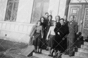 Kirjaston henkilökuntaa ryhmäkuvassa Phoenixin pääsisäänkäynnin  edessä alkukeväästä 1949