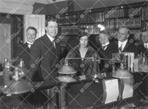 Kuninkaallisia vieraita Turun Yliopiston kirjaston lukusalissa 6.  joulukuuta 1932.