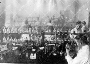 Työskentelyä Iso-Heikkilän kemian laboratorion kvalitatiivisella  osastolla vuonna 1926.