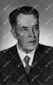 Niilo Jalmari Ikola (v:een 1906 Selin). Turun Yliopiston  ensimmäisessä promootiossa 12.5.1927 vih