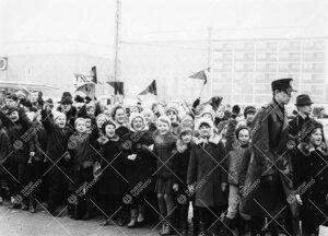 Penkinpainajaispäivä 1966. Nuoria Turun normaalilyseon oppilaita  abeja kannustamassa kauppatorin