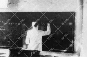 Professori Reino Leimu pitämässä luentoa Iso-Heikkilän kemian  laitoksessa vuonna 1948.