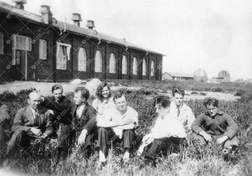 Kemian laitoksen työntekijöitä ja opiskelijoita kemian  laboratoriorakennuksen edustalla Iso-Heik