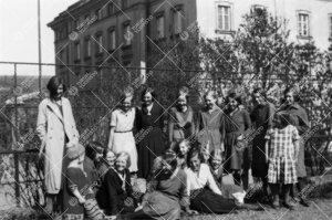 """Turun suomalaisen tyttökoulun (""""Nunnala"""") oppilaita (ja  opettaja?) koulun pihalla 1920-luvulla tai"""