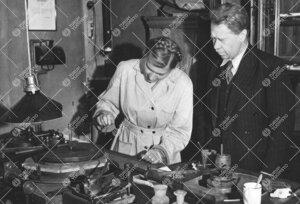 Professori Yrjö Väisälä ja observaattori, FM Liisi Oterma  optisten teleskooppien peilien- ja li