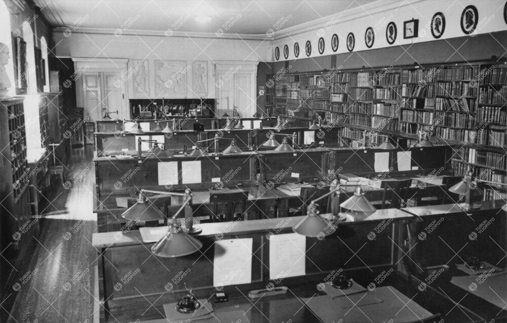 Kirjaston lukusali Phoenixissa 1930-luvulla tai 1940-luvun  alussa.