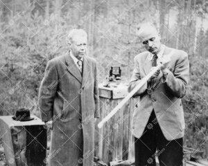Yrjö Väisälä ja professori Hans-Ullrich Sandig (Saksa) Nummelan  perusviivalla syyskuussa 1955.