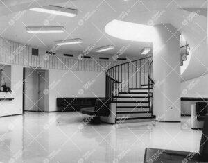 Turun Yliopiston hammaslääketieteen laitoksen hammasklinikan  toisen kerroksen odotusaula ja porta