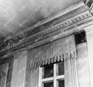 Phoenixin juhlasali v. 1958. Detalji katon ja seinän  ornamentiikasta. Ikkunaverhot kutonut taiteil