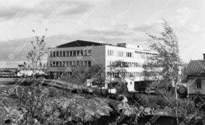 (Postikortti.) Pääkirjasto luoteesta kuvattuna ilmeisesti kesällä  1956.