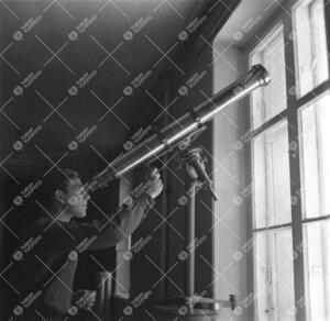 Fysiikan laitoksen mekaanisessa työpajassa valmistetun  kaukoputken esittelyä Phoenixissa 1940-luv