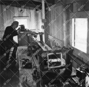Mittaus käynnissä Yrjö Väisälän komparaattorilla Iso-Heikkilän  koeperusviivalla 1940-luvun j