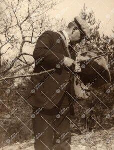 K. J. Valle tarkastelemassa lyöntihaavia. 1930-luku?
