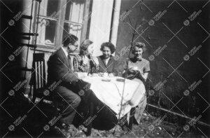 """Kirjaston henkilökuntaa kahvitauolla Phoenixin (""""Nixin"""")  sisäpihalla keväällä 1952."""