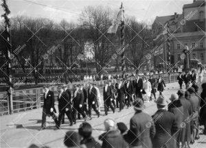 Juhlakulkue paluumatkalla yliopistoon 12. toukokuuta 1927; vihityt  maisterit ja tohtorit Auran sill