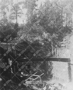 Tuorlan tunnelin eteläpäässä sijaitseva huoltorakennus nousemassa  elokuun lopulla 1953.