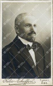 Heikki August Ojansuu. Suomen ja sen sukukielten professori  21.5.1921 - 18.1.1923.
