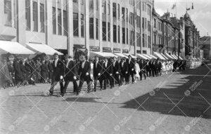 Juhlakulkue Aurakadulla paluumatkalla yliopistoon 12. toukokuuta  1927; etummaisina maisterit ja toh
