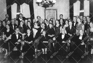 Lääketieteellisen tiedekunnan professorit vaimoineen tiedekunnan  10-vuotisjuhlassa vuonna 1953.