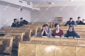 Opiskelijoita upouudessa luentosalissa Yliopistonmäellä  1950-luvun lopulla.