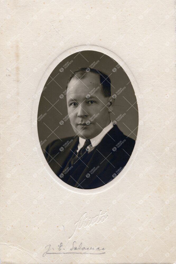 J(almari) E(dvard) Salomaa (v:een 1906 Grönholm). Filosofian  professori 17.1.1931 - 19.3.1958. Aie