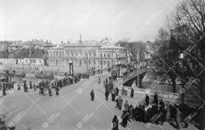 Turun Yliopiston vihkiäisjuhla ja ensimmäinen promootio 12.  toukokuuta 1927. Yleisöä Aurakadull