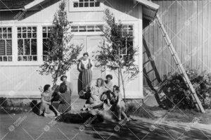 Kirjastonhoitaja Saini Laurikkalan väittäjäisjuhlat hänen  synnyinkodissaan Pyhärannassa kesäl