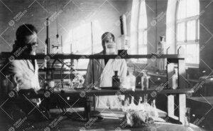 Työskentelyä kemian laboratoriossa vuonna 1947.