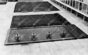 Keskusaukion suihkuallas ja nurmikkoalue 1950- ja 1960-lukujen  vaihteessa. Pääkirjasto oikealla.