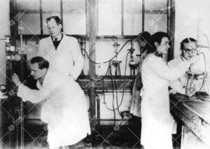Työskentelyä Iso-Heikkilän kemian laboratorion orgaanisella  osastolla vuonna 1948.