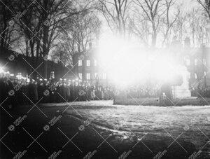 Turun Yliopiston vuosijuhla 28. helmikuuta 1935. Ylioppilaiden  soihtukulkue kunniakäynnillä juhla