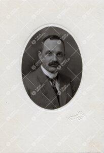 Hj. Brotherus. Teknillisen korkeakoulun professori. Ryhtyi vuonna  1922 hoitamaan fysiikan opetusta