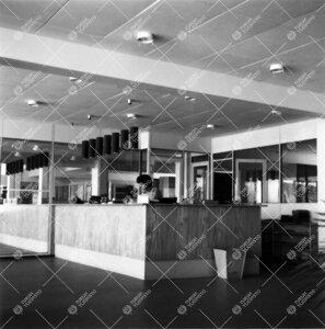 Pääkirjaston lainaustiski vuonna 1956. Huomaa vielä keskeneräiset  kattovalaisimet.
