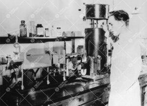 Torsti Yrjänä Iso-Heikkilän kemian laboratoriossa vuonna 1948.