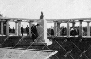 Kultarannan puutarhaa 1920-luvun alussa. Pergola. (Kirjaston väen  huviretkeltä.)